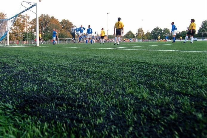 Ook de gemeente Hellendoorn heeft de nodige met rubberkorrels ingestrooide kunstgrasvelden. Gemeente en voetbalclubs moeten ervoor zorgen dat die niet in het milieu terecht komen. Het s nog onduidelijk hoe ze dat voor elkaar moeten krijgen.