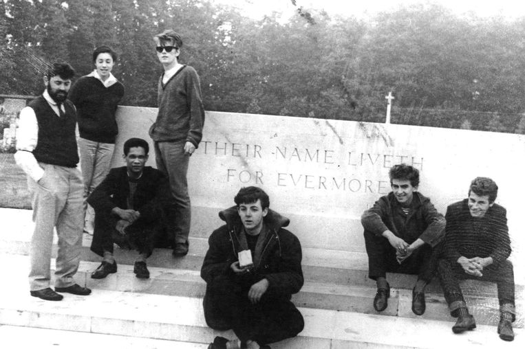 16 augustus 1960, The Beatles in Oosterbeek. Van links naar rechts: Allan en Beryl Williams, Lord Woodbine, Stu Sutcliffe, Paul McCartney, George Harrison en Pete Best. Beeld Barry Chang