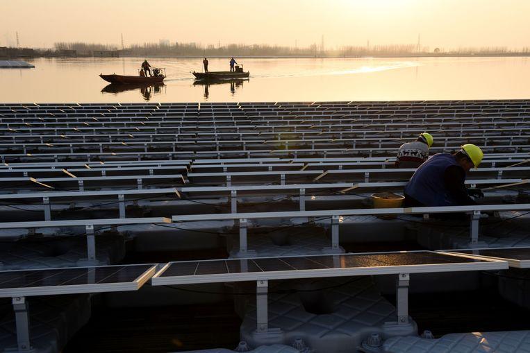 In Huainan in China liggen al zonnepanelen op het water van een meer. Het is het grootste zonnepark ter wereld op het water. Beeld ANP