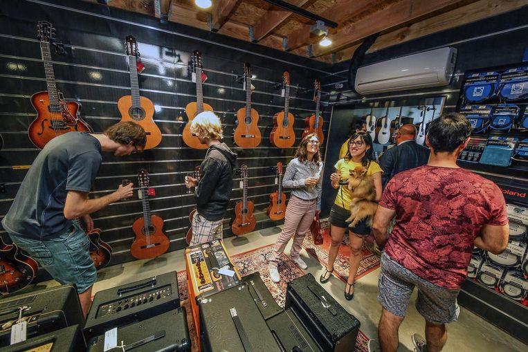 Onder meer het Muziekhuis in Kortrijk, dat nu een uitverkoop houdt, zal instrumenten verkopen op de muziekbeurs in Track.