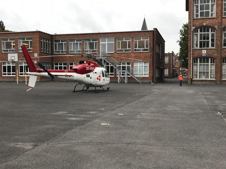 De MUG-heli kon makkelijk landen op de speelplaats van de Sint-Laurensschool.