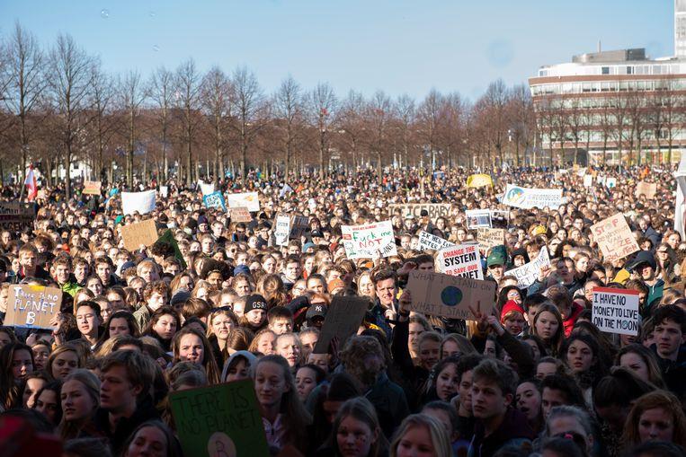 Scholieren zijn naar het Haagse Malieveld gekomen om te demonstreren voor een actiever klimaatbeleid Beeld Els Zweerink