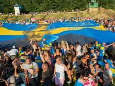 Kippenvel: 200 Zweden herdenken Avicii met gigantische spandoek op Tomorrowland