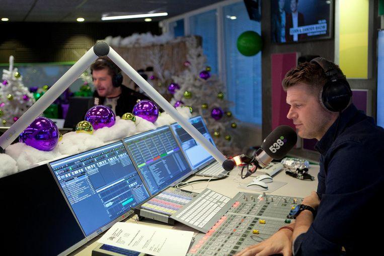 Sander Lantinga (l) en Coen Swijnenberg tijdens hun show op Radio 538 Beeld Mark van der Zouw