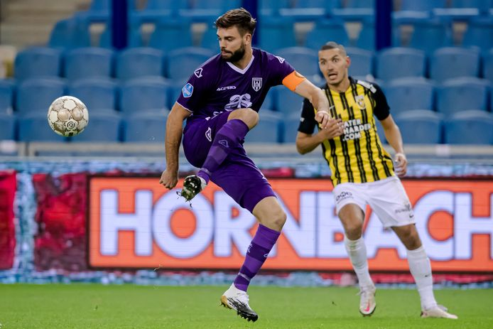 Aanvoerder Robin Pröpper (links) is ervan overtuigd dat het goed komt met Heracles. Achter hem doelpuntenmaker Oussama Darfelou.
