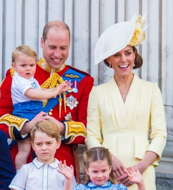 Prins William, hier met zijn vrouw Catherine en zijn drie kinderen (George, Charlotte en Louis), zal troonopvolger worden wanneer Charles koning wordt.