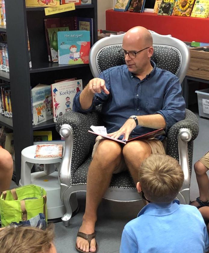 Niek Druijff leest voor op de Hollandse school in Singapore.