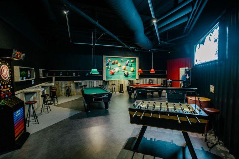 The Hub' is liefst 240 m² groot en is onder andere uitgerust met biljarttafels, gameconsoles, een darts en grote tv's.
