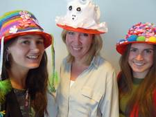 Kleurige hoedjes bij Kunst in Volkspark