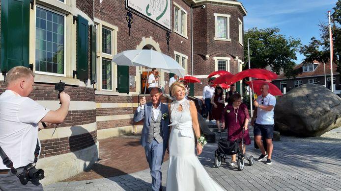 Na twee afzeggingen vanwege corona konden Ron Apontoweil en Irene van der Burg zaterdag eindelijk trouwen in Enschede.