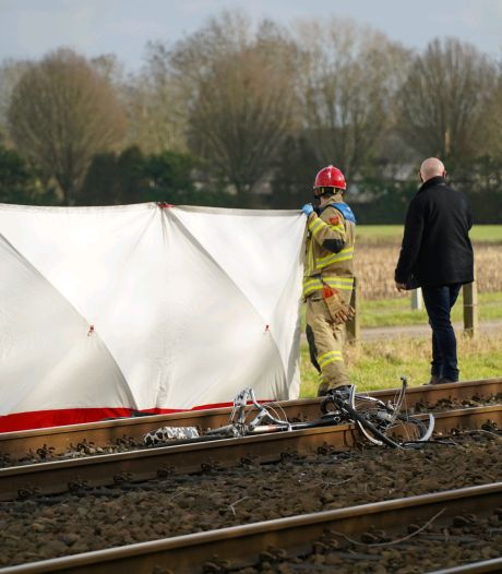 Fietser komt om door aanrijding met trein bij Groessen; treinverkeer tussen Arnhem en Zevenaar hervat