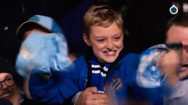 De jonge fan was door het dolle heen na het krijgen van het wedstrijdshirt van Ruud Vormer