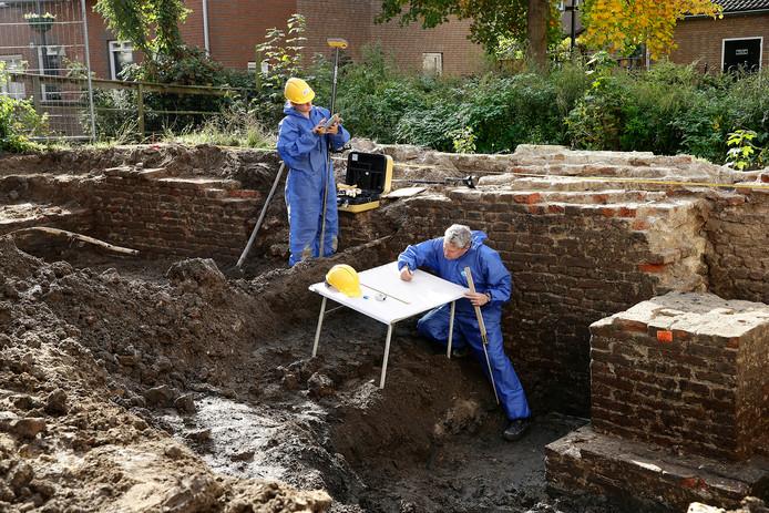 Archeologen leggen aan de Hazewindhondstraat de 14de eeuwse stadsmuur vast.