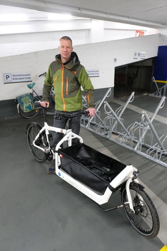 Lieven Jacobs van fietsersblog Antwerpenize aan een fietsenstalling in de Van Schoonhovenstraat.