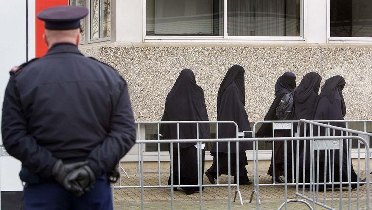 Belangstellenden bij de bunker in Amsterdam-Osdorp tijdens de uitspraak tegen leden van de Hofstadgroep in 2006. Beeld ANP