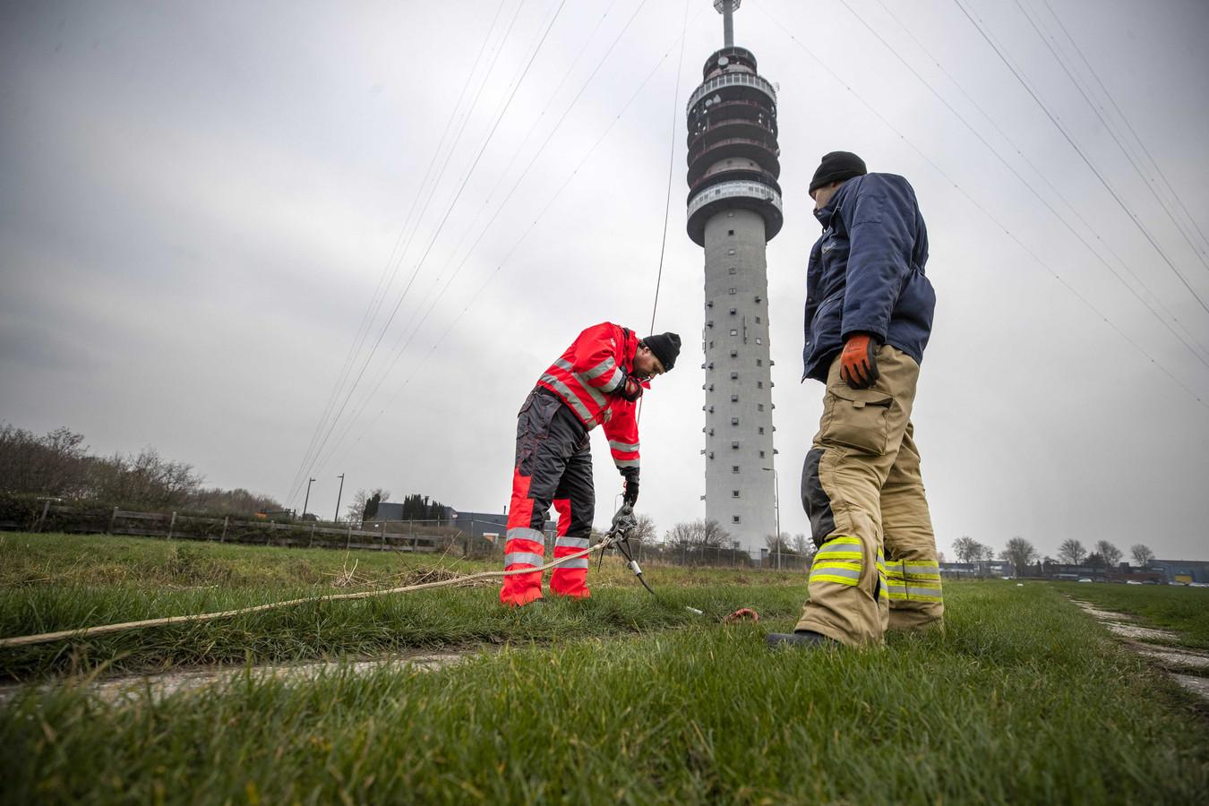 De laatste meters verlichting worden in de Gerbrandytoren gehesen. De 372 meter hoge zendmast Lopik wordt opgetuigd tot de grootste kerstboom ter wereld.