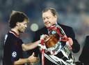 Danny Blind krijgt de beker uit handen van UEFA-baas Lennart Johansson.