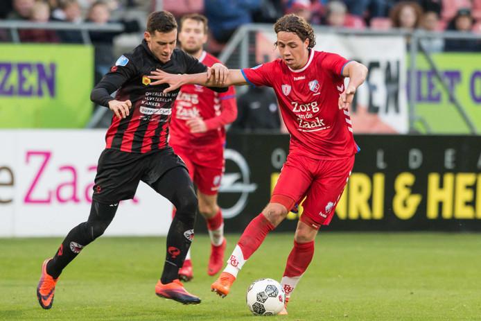 Luigi Bruins namens Excelsior in duel met FC Utrecht-speler Giovanni Troupee.