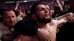 UFC dreigt met afnemen titel Khabib nadat kamp om wereldtitel eindigt in massale vechtpartij