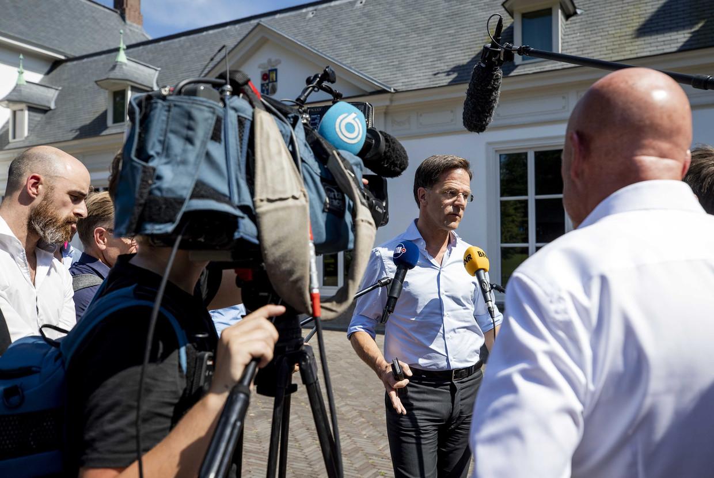 Premier Rutte praat met de pers op het Catshuis na afloop van een gesprek met mensen die deelnemen aan de betogingen tegen racisme en anderen die bijdragen aan het maatschappelijk debat hierover.