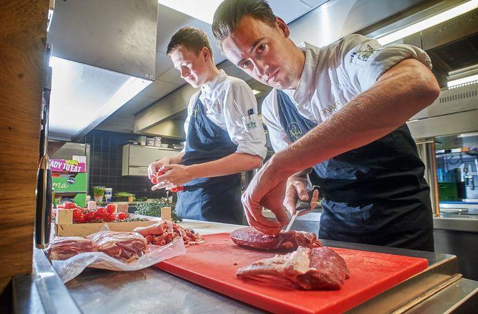 Souschef Jasper Kox en Rob Verhees in actie bij restaurant Oonivoo te Uden.