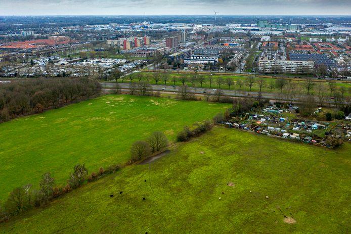 Het perceel naast de volkstuinen aan de Vlijmenseweg in Den Bosch (links op de foto), verdeeld in twee stukken van 2,8 en 2,2 hectare, is door het Groen Ontwikkelfonds Brabant (GOB) beschikbaar gesteld voor de ontwikkeling van een voedselbos.