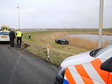 Bestuurster rijdt van verbindingsweg A16 bij Moerdijk
