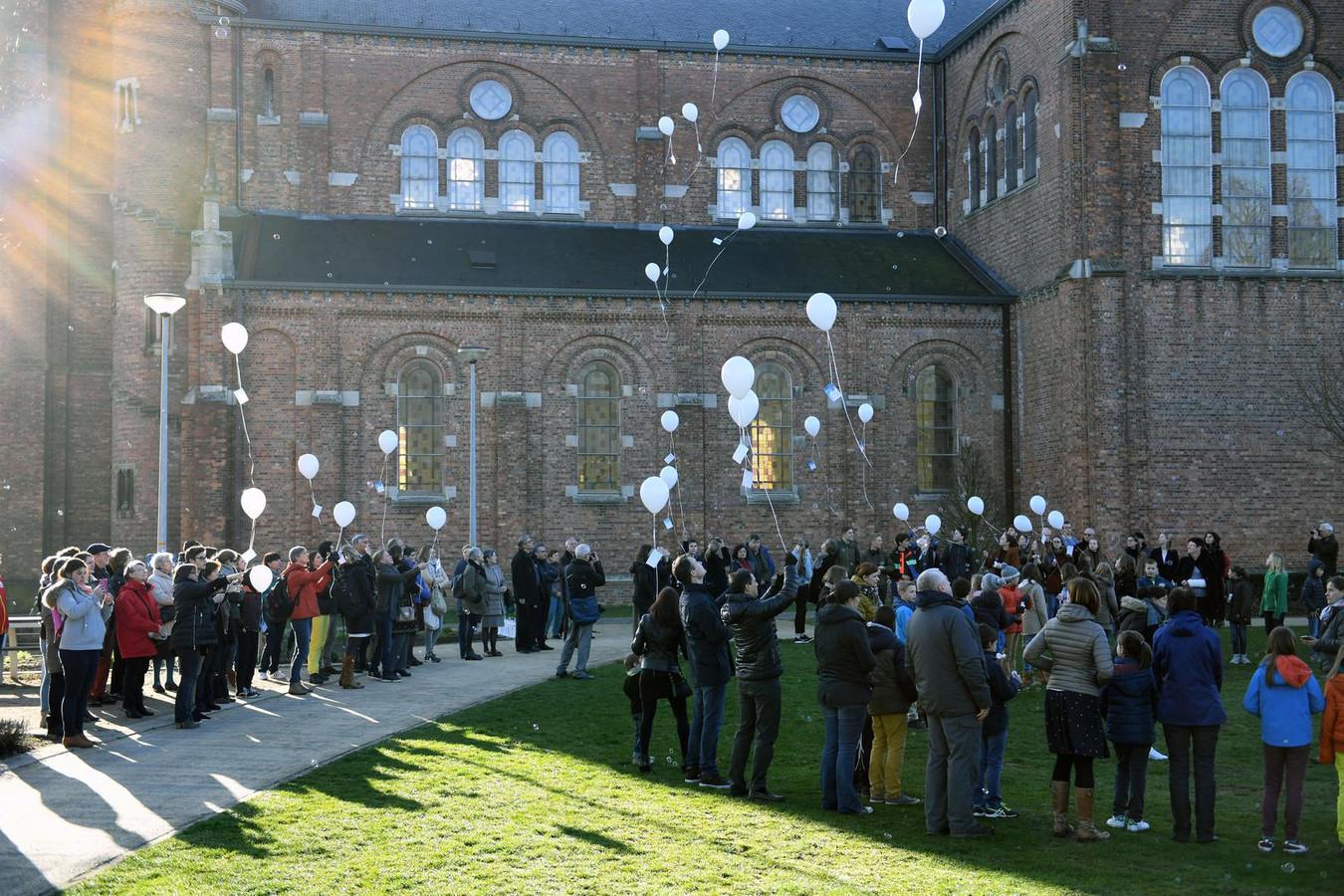 28 witte ballonnen worden opgelaten, eentje voor elk slachtoffer.