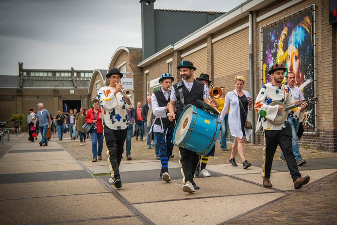 De Ashtonia-parade, van dinerhal op de Zwitsal op weg naar de voorstelling.