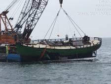 Rijkswaterstaat licht gezonken kotter van vluchtende stuurman uit haven Urk