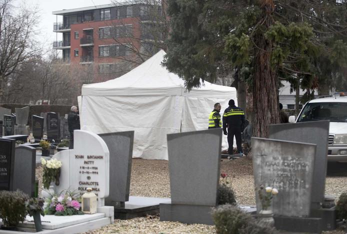 Politie zoekt op een begraafplaats aan de Beente naar Tanja Groen. De studente verdween in 1993 spoorloos en haar lichaam werd nooit gevonden.