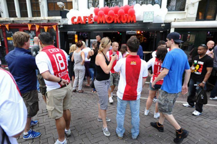 Supporters van Ajax lopen zondag op het Leidseplein in afwachting van het duel om de KNVB-beker tussen Ajax en FC Twente dat in De Kuip in Rotterdam wordt gespeeld. Beeld