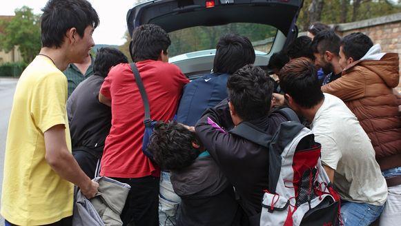 Vluchtelingen vechten om hulpgoederen in Oostenrijk.