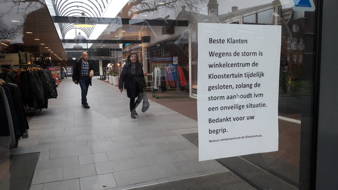 Bij winkelcentrum De Kloostertuin gingen de deuren dicht. Wie al binnen was, kon nog even snel een boodschap doen.