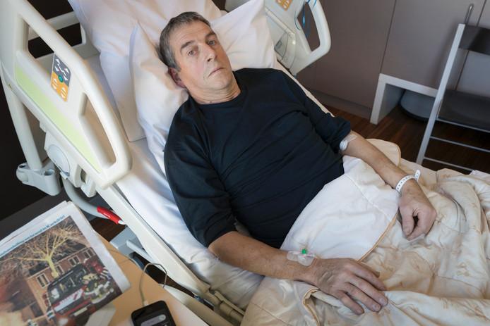 John Kollenburg ligt in het ziekenhuis nadat hij door inbrekers met een stuk sloopijzer werd geslagen.