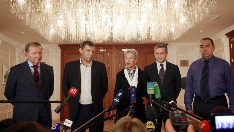 De deelnemers aan de vredesgesprekken over Oost-Oekraïne in Minsk: (vlnr), de Oekraïense oud-president Koetsjma, rebellenleider Zacharenko ui Donetsk, OVSE-gezant Tagliavini, De Russische ambassadeur in Oekraïne Zoerabov, en rebellenleider Plotnitski uit Loehansk. Beeld epa