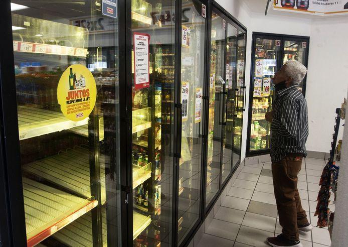 Des frigos vides dans un magasin de Monterrey
