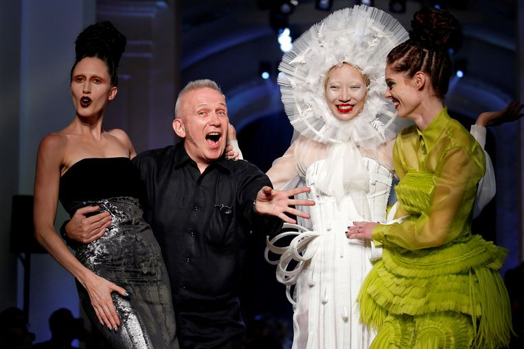 Jean Paul Gaultier met een aantal van zijn modellen op een modeshow in 2016. Beeld null