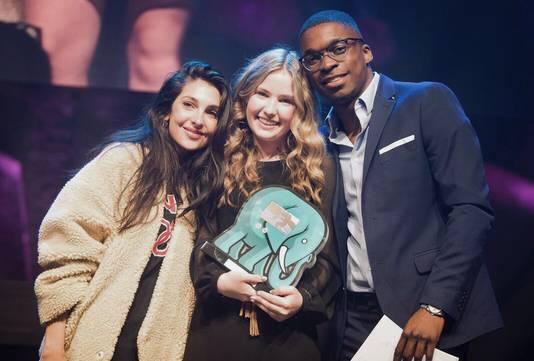 Joy (14) uit Apeldoorn (op de foto in het midden) nam vorig jaar twee prijzen in ontvangst tijdens de uitreiking van de VEED Awards in Amsterdam. Een voor beste vrouwelijk YouTuber en een voor beste beautychannel.