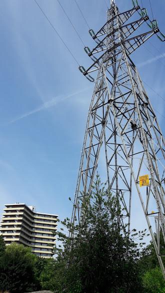Een hoogspanningsmast in de Nude in Wageningen, die in 2019 gaat verdwijnen