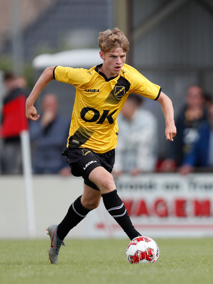 Wout Neelen in actie tijdens de 2-1 zege van NAC op KV Kortrijk.