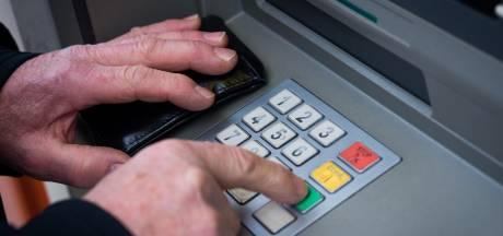 Eerlijke vinder brengt stapel bankbiljetten uit pinautomaat naar de politie