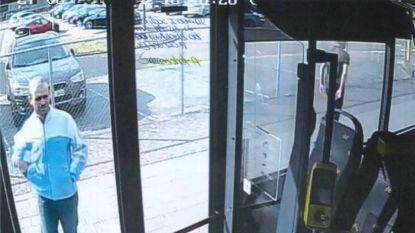 Politie en parket zoeken dader die vloeistof naar buschauffeur gooide in Heusden-Zolder