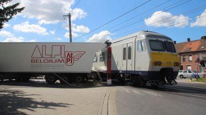 Vrachtwagen rijdt zich vast op overweg en wordt gegrepen door trein