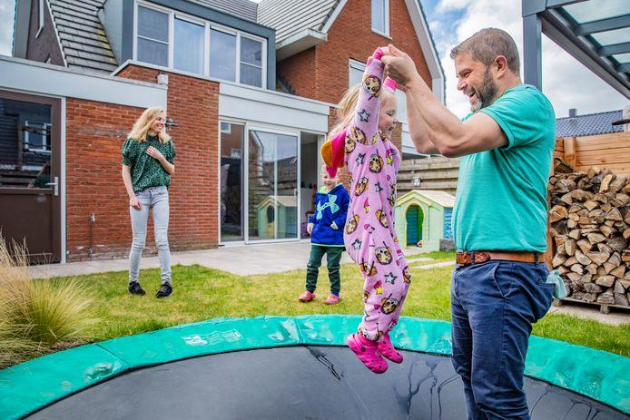 Zwolle - Longarts Ben Tomlow met familie in de tuin. Foto bij artikel Phaedra Werkhoven. Foto Rob Voss - www.robvoss.nl