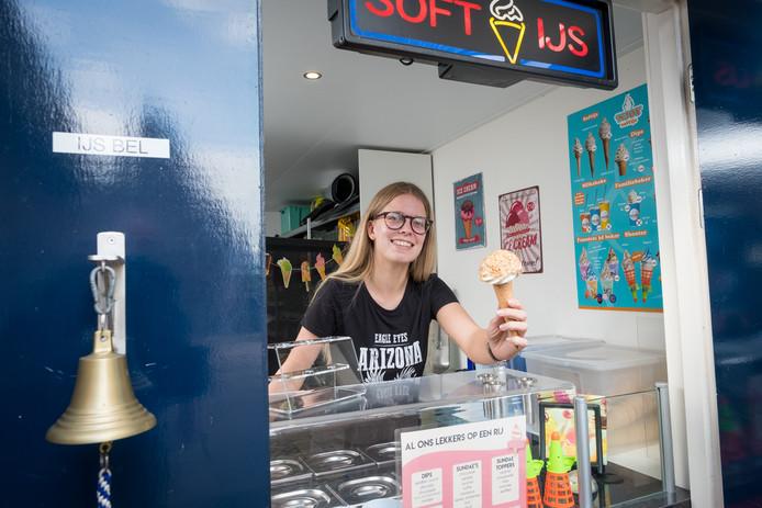 Celine Barneveld in de softwijssalon aan de Kerkstraat 33 in Grafhorst. De inventaris van de nering staat op Markplaats, de familie komt er niet meer aan toe wegens de studie van Celine en haar broer en haar ouders werken in het café.