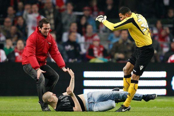 De keeper kreeg wel een rode kaart om zich te verdedigen, maar die werd in de terugmatch ongeldig verklaard.