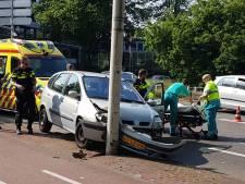 Automobilist knalt tegen lantaarnpaal op Erasmusplein