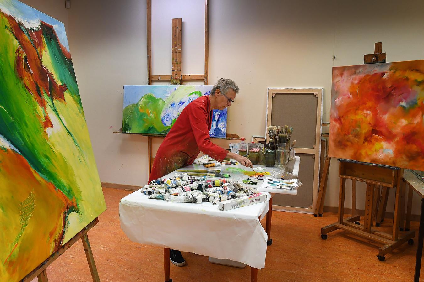 Marian Bax in haar atelier in Molenhoek.
