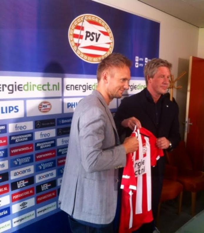 Siem de Jong met zijn PSV shirt in handen